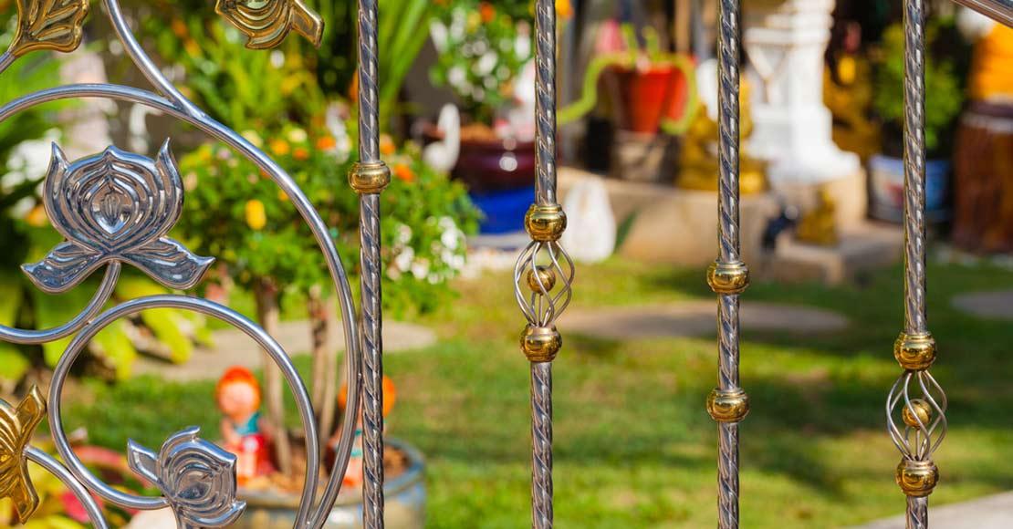 Czym ogrodzić dom