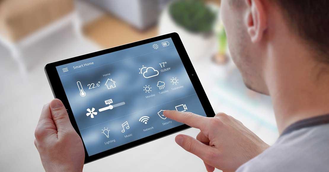 Zalety systemu domowej inteligencji – technologia w nowoczesnych wnętrzach