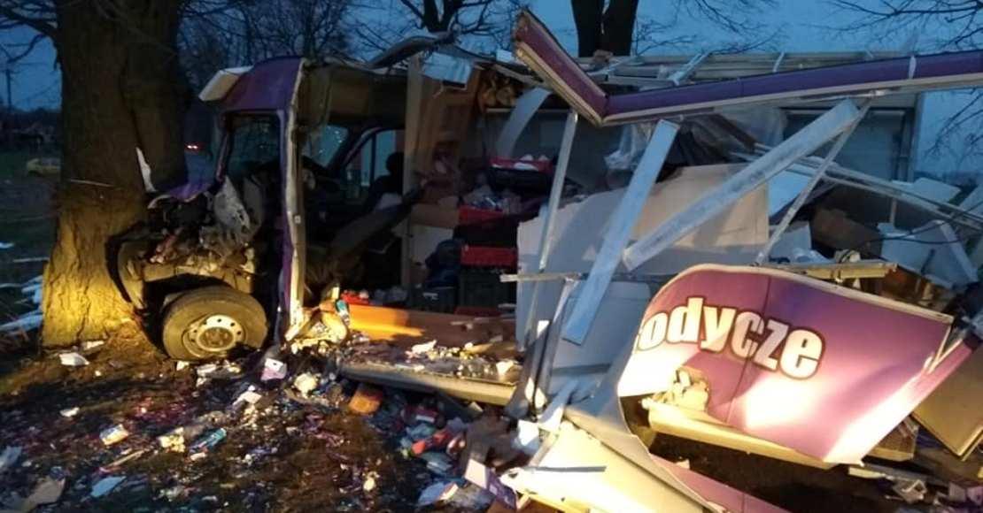 W Budziszewku strażacy pomagali zakleszczonemu kierowcy