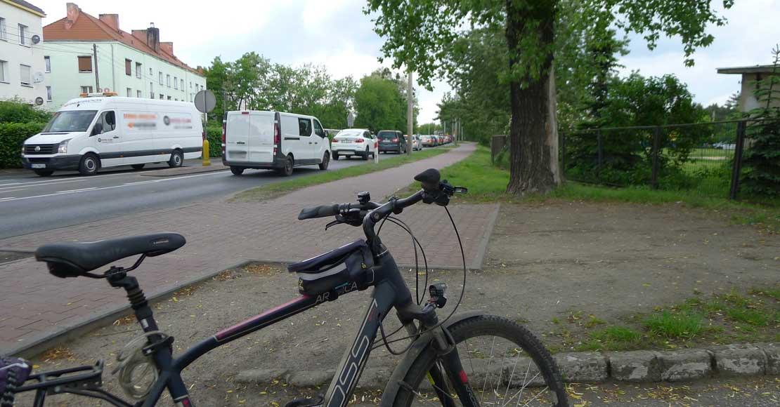 Jednośladem bezpiecznie do celu - rowerzysta na drodze