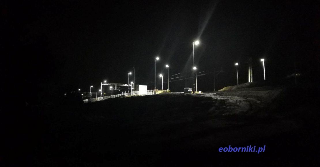 Ciemności wokół przystanku w Bogdanowie