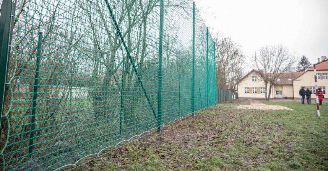 Szkoła w Objezierzu ma nowe ogrodzenie i piłkochwyty (foto)