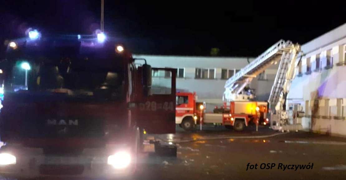Pożar stolarni w Ryczywole gasiło 8 zastępów