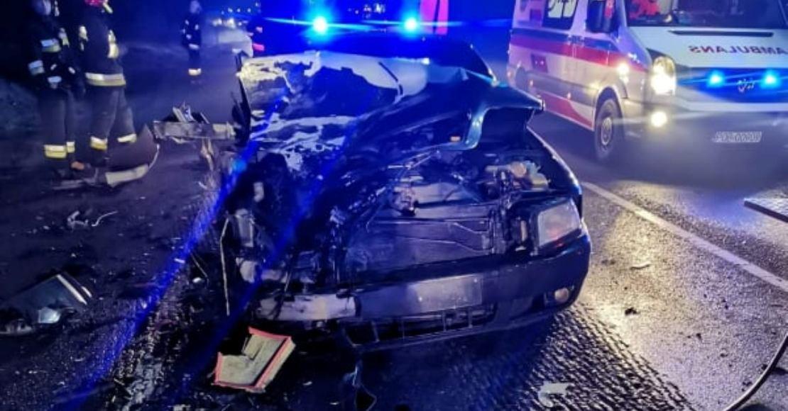 Czołowe zderzenie aut na DK11
