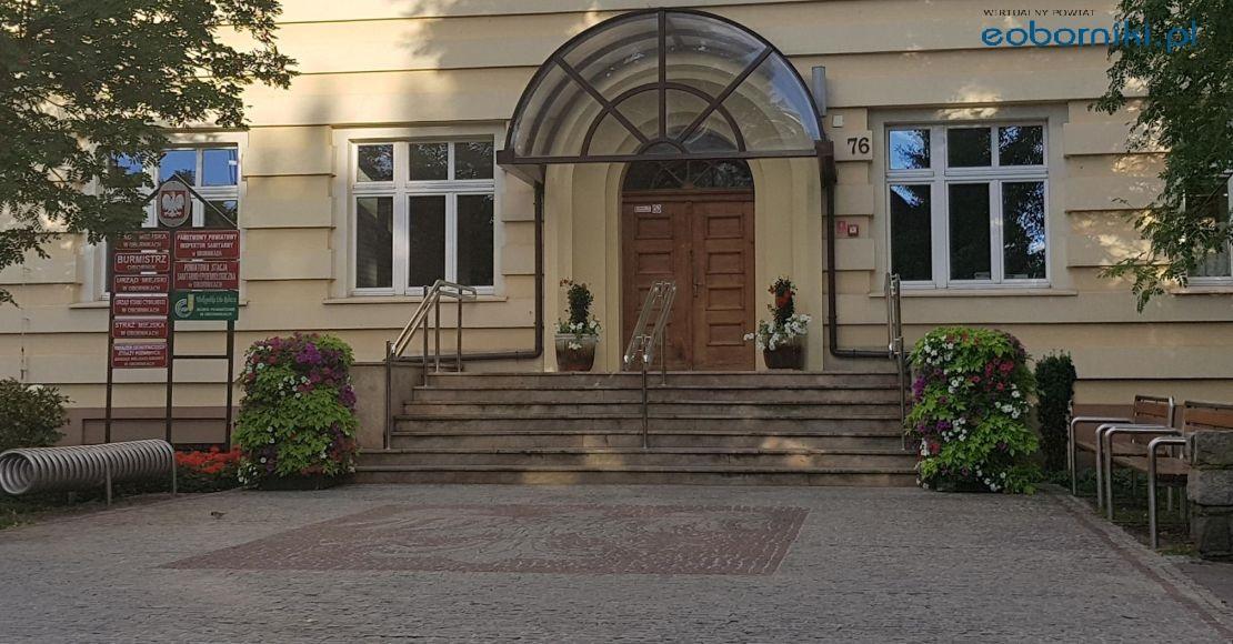 Do Urzędu Miejskiego w Obornikach wejdziemy tylko od ul. Piłsudskiego