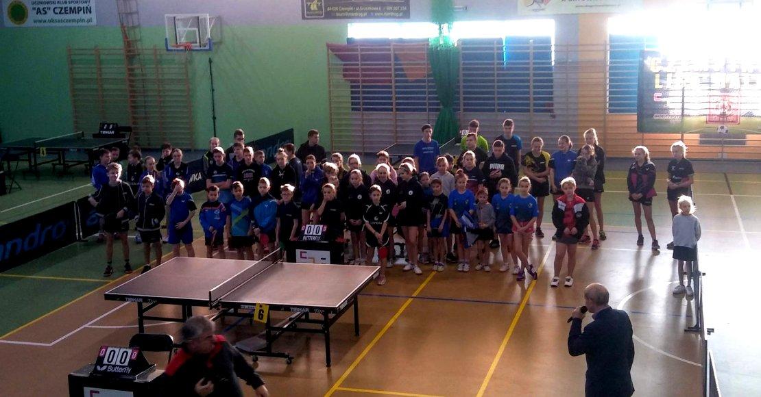 Aleksandra Nowak na podium wojewódzkiego turnieju tenisa stołowego
