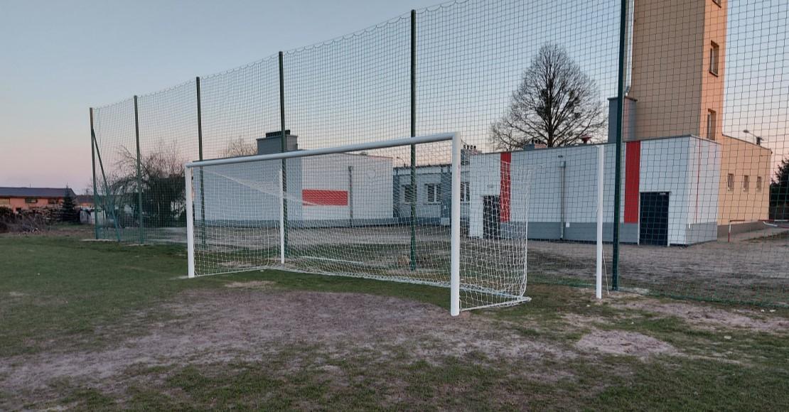 Nowe bramki na boisku w Lipie