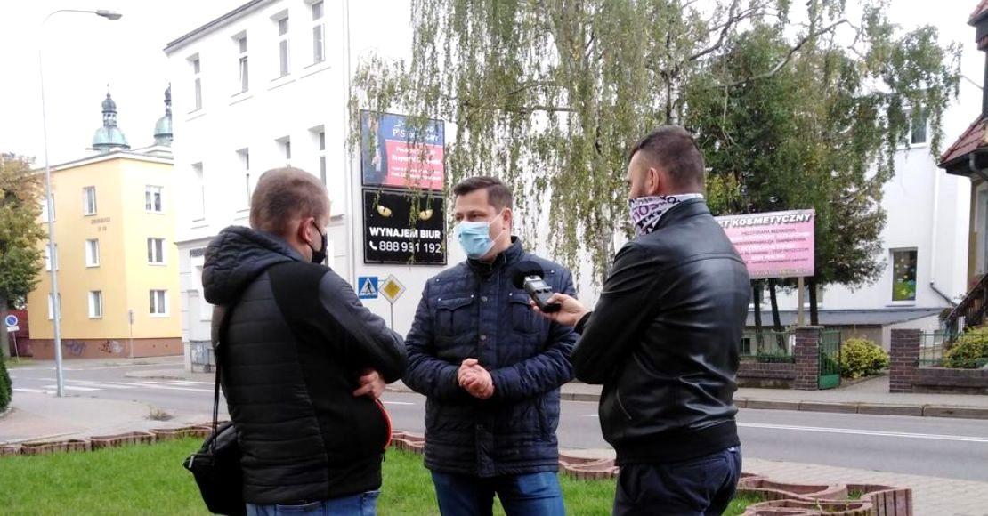 Konferencja prasowa Krzysztofa Paszyka w Pile, pod Biurem Zarządu Okręgu Prawa i Sprawiedliwości