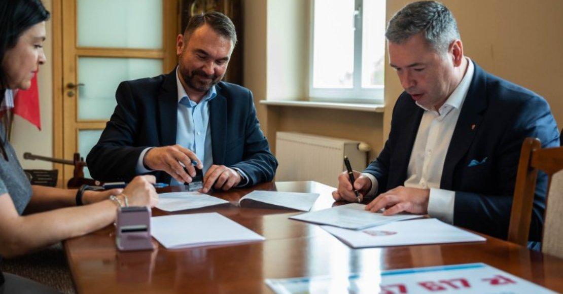 Burmistrz Tomasz Szrama podpisał umowę na dofinansowanie remontu szatni